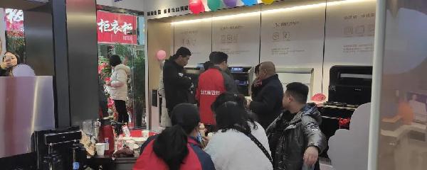 佳歌总部运营中心人员协同门店的工作人员一同为消费者一一解惑