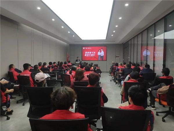 工作人员在会议室中为大家做了更详细的企业介绍