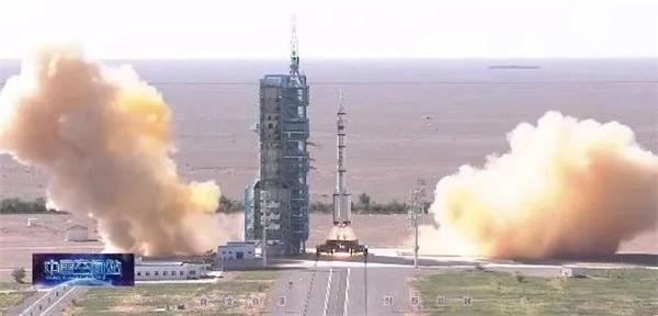 长征二号F遥十二运载火箭在酒泉卫星发射中心点火发射